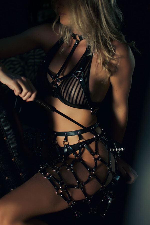 kinky lingerie en sm zweepje van zwart leer