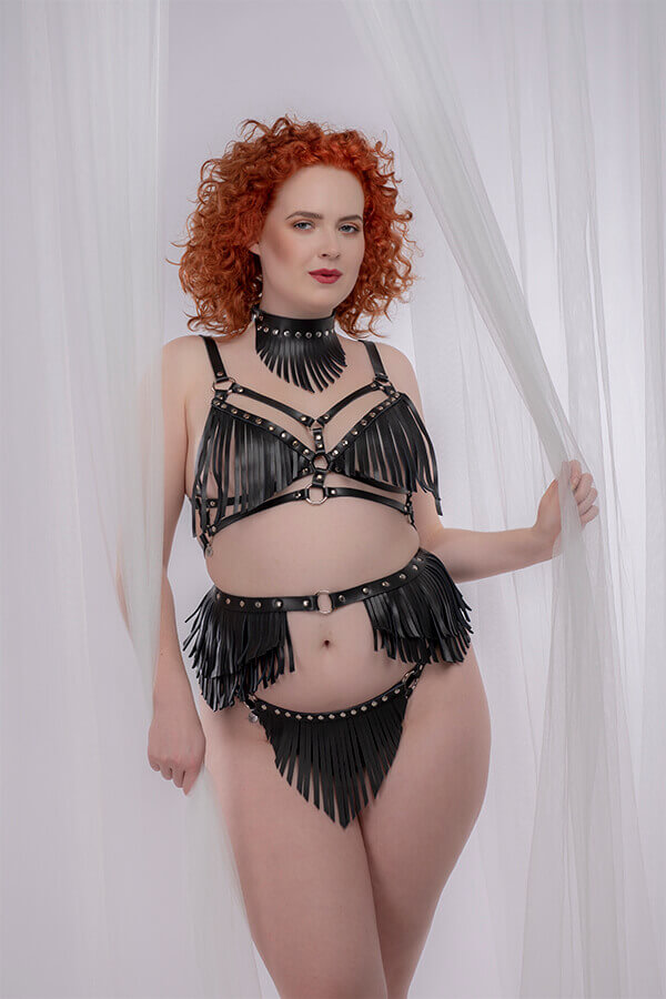 model draag kinky kleding in grote maten