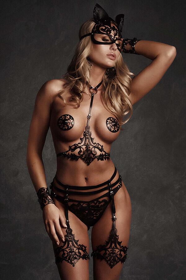 Kinky lingerie van zwart leder lasercut design
