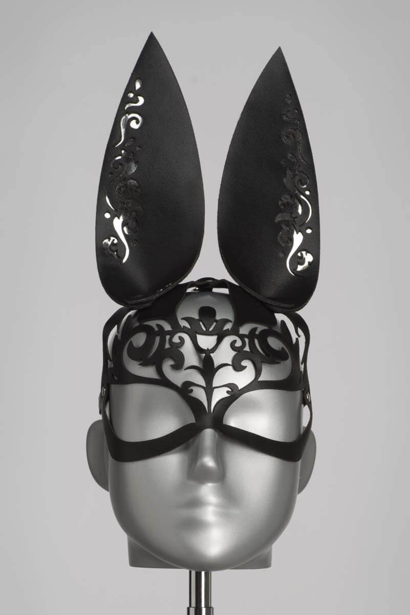 Leren bunny masker in zwart lasercut design