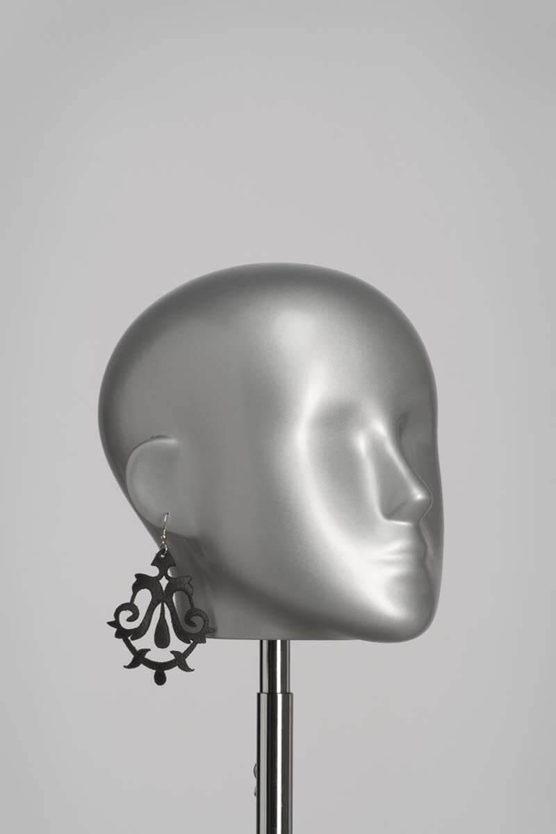 Leren oorbellen in zwart lasercut design